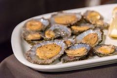 帽贝在弗洛勒斯海岛上的一家餐馆服务在亚速尔群岛,葡萄牙 免版税库存图片
