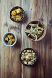 干万寿菊花、菩提树开花和蛇麻草清凉茶的 库存图片