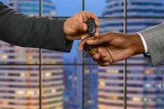 干事给汽车钥匙 库存照片