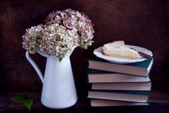 干八仙花属花和饼 免版税库存照片