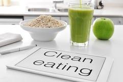 干净吃:燕麦粥谷物、苹果和圆滑的人 免版税库存图片