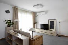 干净和典雅的家庭内部。 免版税库存图片