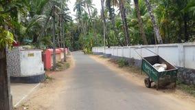 干净和整洁的村庄路 免版税库存图片