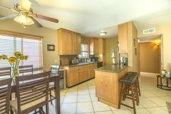 干净的圣地亚哥公寓的厨房 免版税库存图片