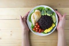 干净的在木桌上的食物顶视图在盘上有菜和鸡 免版税图库摄影