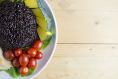 干净的在木桌上的食物顶视图在盘上有菜和鸡 免版税库存照片