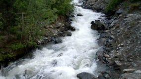干净的河用清楚的水在山私语 股票视频