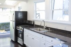 干净的白色厨房内部 免版税库存图片