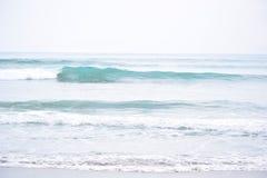 干净的看的波浪断裂 免版税库存图片