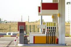 干净的空的自动加油站外部在农村风景和明亮的天空拷贝空间背景的好日子 免版税库存图片