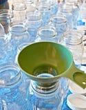 干净的装于罐中的瓶子和漏斗 免版税图库摄影