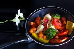 干净的食物、混合果子和草本在平底锅在黑暗的背景 库存照片
