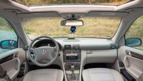 干净,明亮,昂贵的汽车内部-德国制造商,轿车全景照片  免版税库存图片