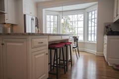 干净,明亮,现代厨房 免版税库存照片
