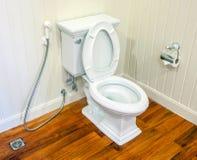 干净,白色和不育的洗手间在一个白色墙壁卫生间里 免版税库存图片
