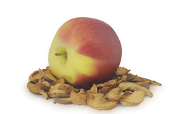 干切的苹果和成熟一个在白色背景隔绝的堆 库存图片