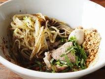 干小船面条用猪肉,泰国街道食物 库存照片