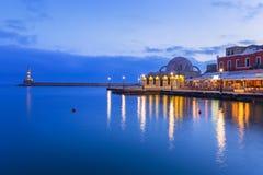 干尼亚州老威尼斯式港克利特的在晚上 库存图片