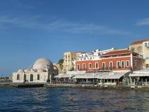 干尼亚州,克利特海岛老威尼斯式港有印象深刻的亚利清真寺的 免版税图库摄影