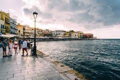 干尼亚州,克利特,希腊- 2018年8月:全景威尼斯式港口江边和灯塔在干尼亚州老港口在 免版税库存图片