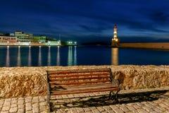 干尼亚州 灯塔在老港口在晚上 免版税库存图片