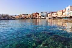 干尼亚州habour,克利特,希腊清楚的水  免版税库存图片