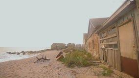 干扰的海景 在海洋的被放弃的大厦,碰撞反对石头的波浪 股票视频