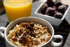 干无花果、燕麦粥和橙汁早餐设置 免版税库存图片
