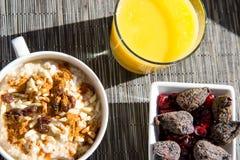 干无花果、燕麦粥和橙汁早餐设置 免版税库存照片