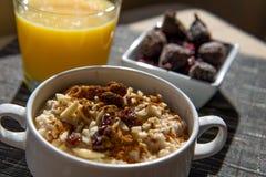 干无花果、燕麦粥和橙汁早餐设置 库存图片