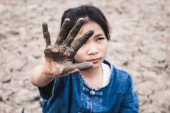 干旱的土壤的妇女在热天气缺乏饮用水 免版税库存照片