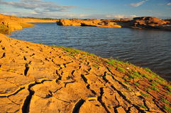 干旱的地产和湖 免版税库存图片