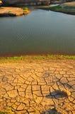 干旱的地产和湖 库存照片