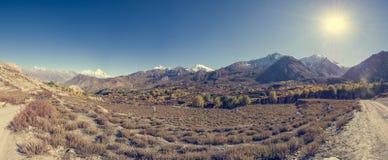 干旱的山荒原全景  库存照片