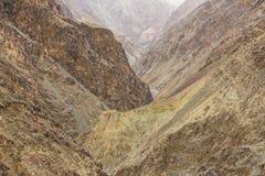 干旱的风景看法与高山和峡谷的在拉达克,印度 免版税库存照片