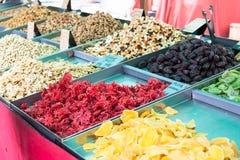 干木槿flowers弗洛尔de hibiscus、芒果、猕猴桃、日期、香蕉platano seco和各种各样的坚果在摊位o的待售 免版税图库摄影