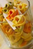 干未加工的意大利式饺子(与肉、蕃茄和菠菜装填) 免版税库存照片