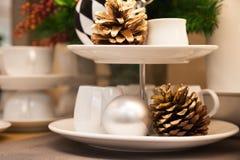 干杉木锥体、白色陶瓷杯子和装饰圣诞节项目 免版税库存图片