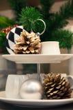 干杉木锥体、白色陶瓷杯子和装饰圣诞节项目 免版税库存照片