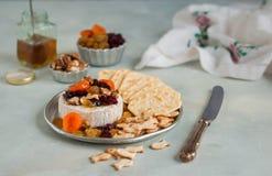 干果、核桃和蜂蜜被烘烤的咸味干乳酪 免版税库存图片