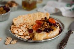 干果、核桃和蜂蜜被烘烤的咸味干乳酪 图库摄影