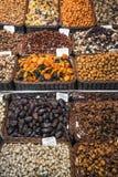 干果子和坚果使la boqueria市场巴塞罗那西班牙失去作用 免版税库存图片