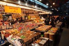 干果子和坚果在巴塞罗那市场La Boqueria,Barcelon 免版税库存照片