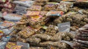 干果子和坚果待售在地道市场,高峰亚当` s斯里兰卡, 1月15日上 免版税库存照片