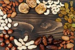 干果子和坚果的混合在黑暗的木背景与拷贝空间 顶视图 犹太人的假日Tu Bishvat的标志 免版税库存图片