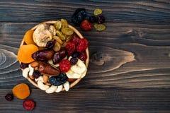 干果子和坚果的混合在黑暗的木背景与拷贝空间 顶视图 犹太人的假日Tu Bishvat的标志 图库摄影