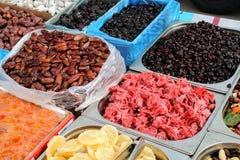 干果子和花在市场上 免版税库存图片