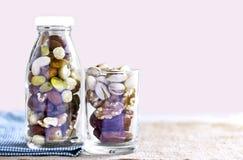 干果子混合和坚果品种在一块瓶和玻璃的在Th 免版税库存图片