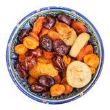干果子顶视图在被隔绝的陶瓷碗的 免版税库存照片
