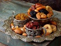 从干果子-日期,无花果,杏子,修剪,葡萄干, cranberrie不同的品种的构成在木背景的 库存图片